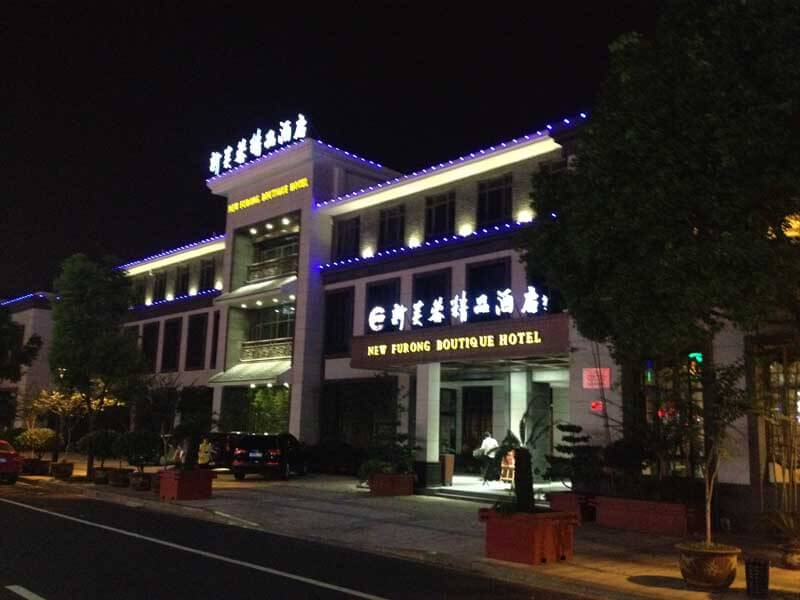 我们是专注于酒店水晶灯、工程灯具定制的厂家